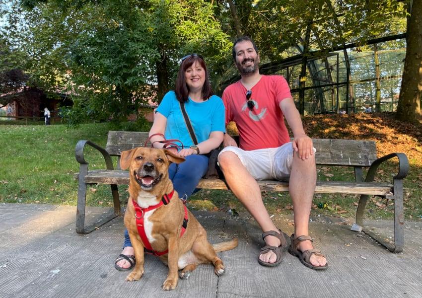Marta, Fran y Rufus en el banco del parque