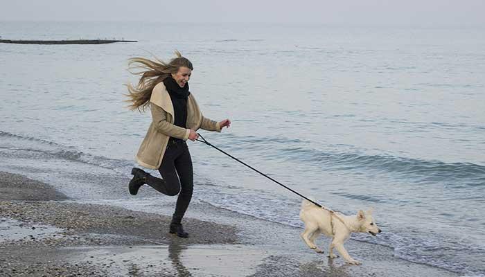 Mujer corriendo con su perro